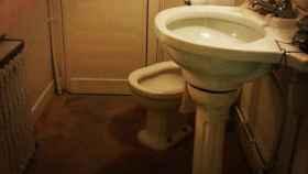 El interior de un baño público.