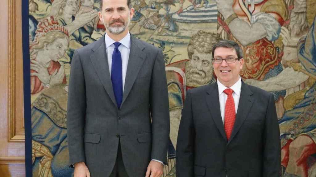 Felipe VI y el canciller cubano Bruno Rodríguez en la reunión que mantuvieron en abril en Madrid.