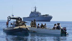 Militares de la misión desplegada por la UE se aproximan a un esquife pirata.