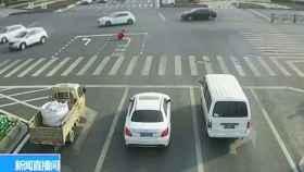 Pinta nuevas señales en la carretera para evitar atascos