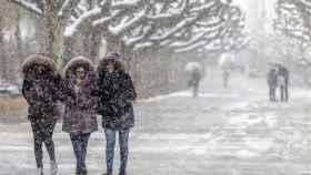 Varias personas caminan entre la nieve en Burgos. Foto: EFE