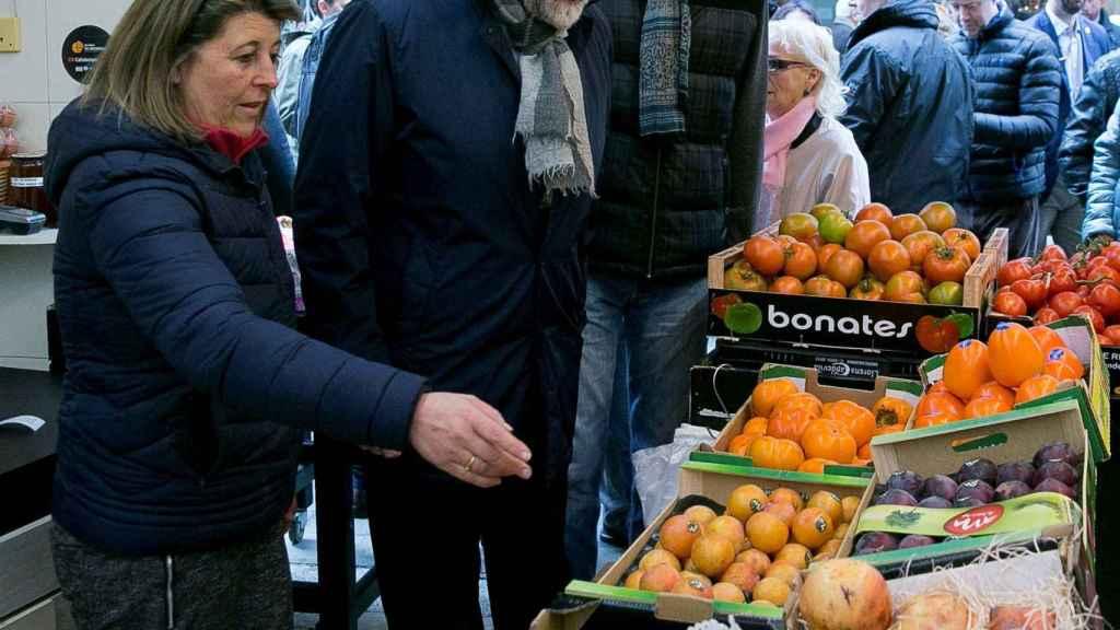 Rajoy, en un puesto de fruta este sábado en Mataró.