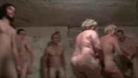 Captura del vídeo donde se ve a este grupo de personas jugando al pilla-pilla desnudas.