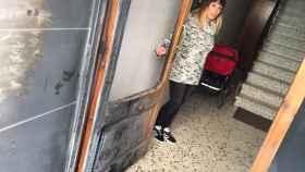 Cristina Arias muestra la puerta de su casa.