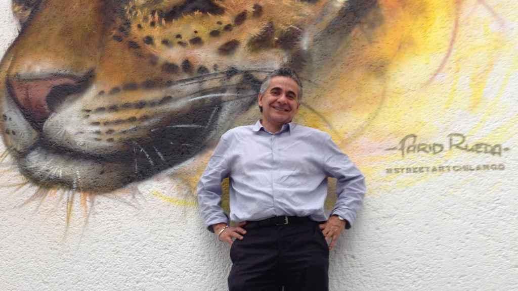 Ceballos ante un mural del jaguar.