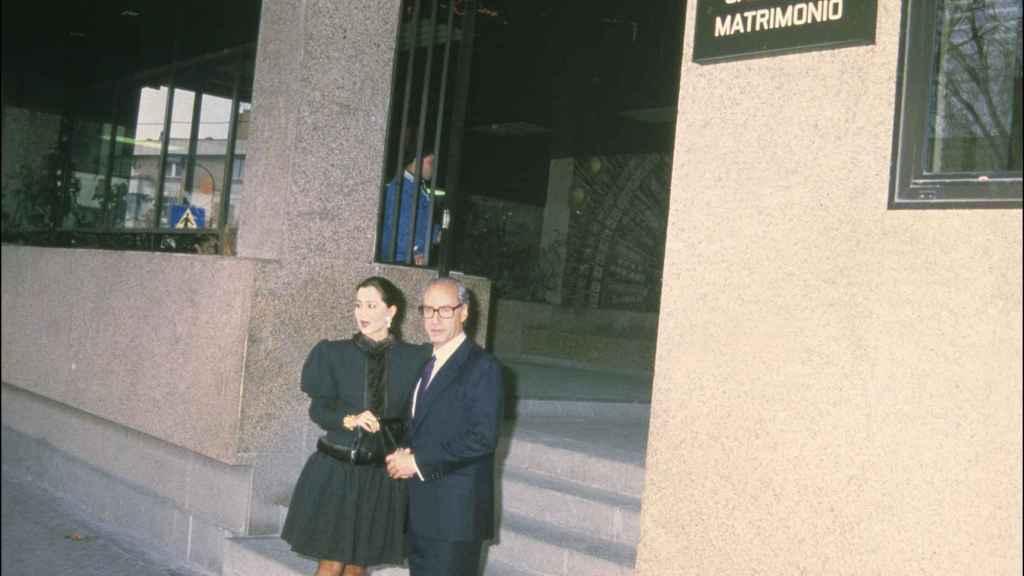 Isabel Preysler y Miguel Boyer ante la puerta de los juzgados.