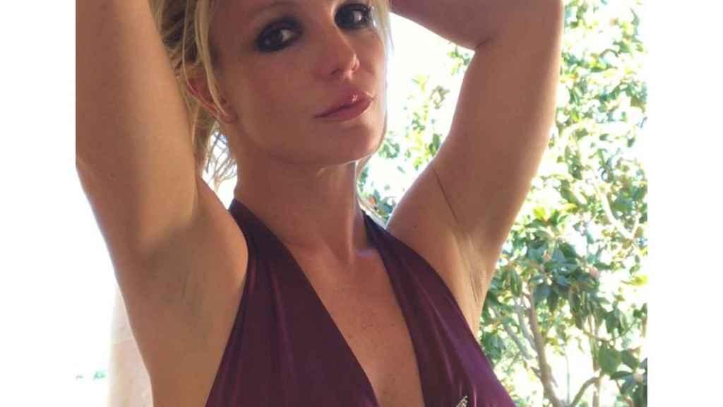 Britney Spears canta can't help falling in love y nos emocionamos