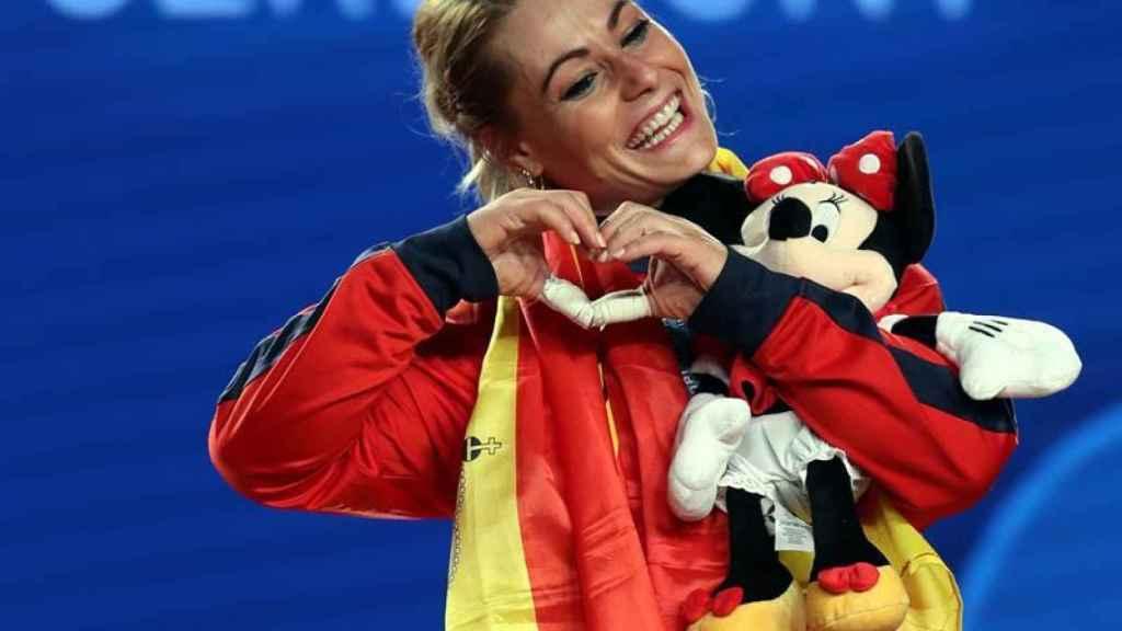 Lidia Valentín, campeona del mundo de Halterofilia, en el podio.