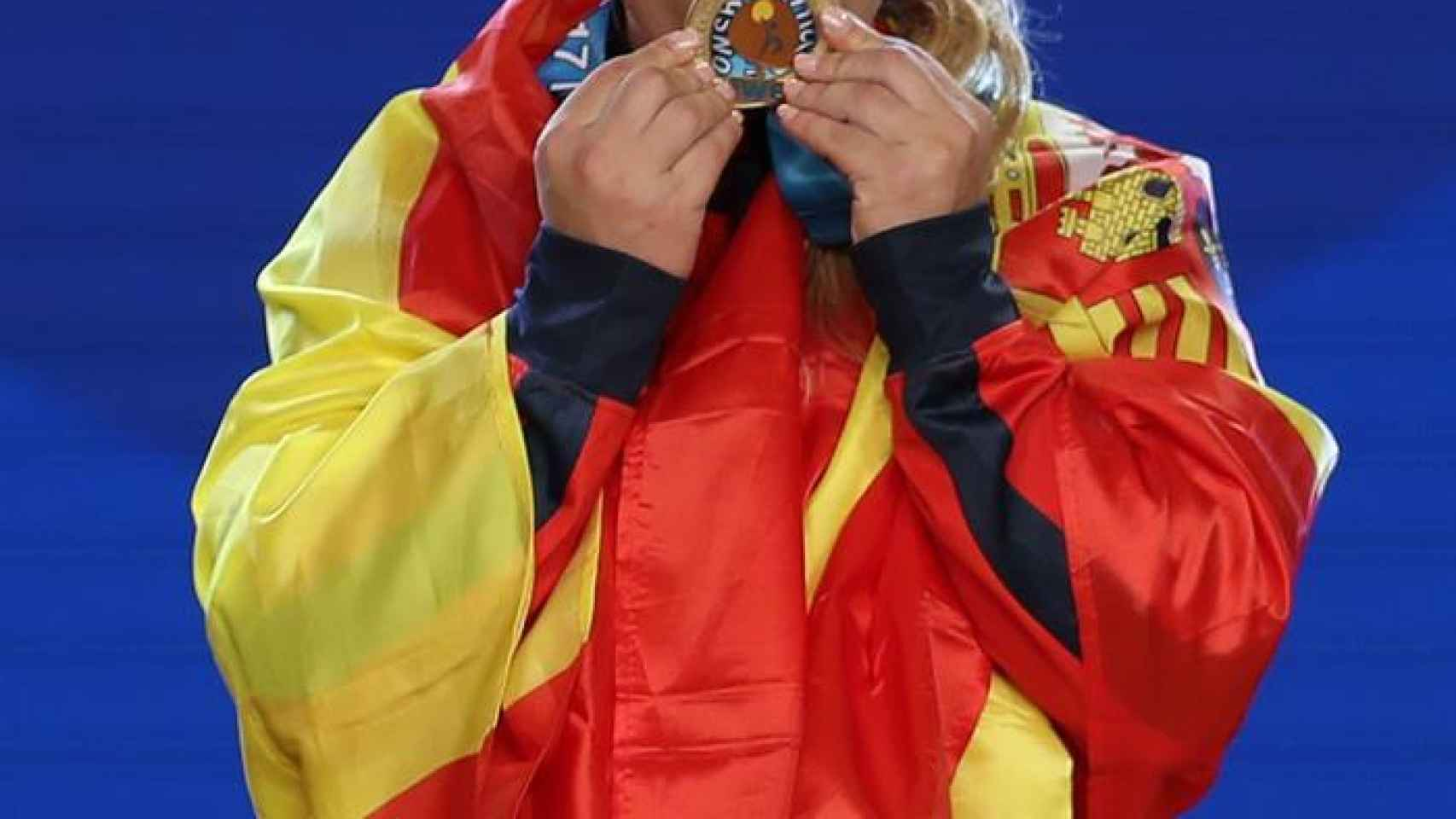 Lidia Valentín besa sus medallas.