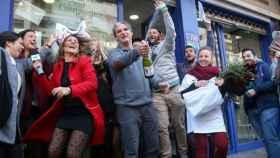 Un grupo de personas celebrando haber ganado la Lotería de Navidad.
