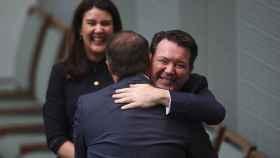 Tom Wilson es felicitado después de compromoterse por un senador
