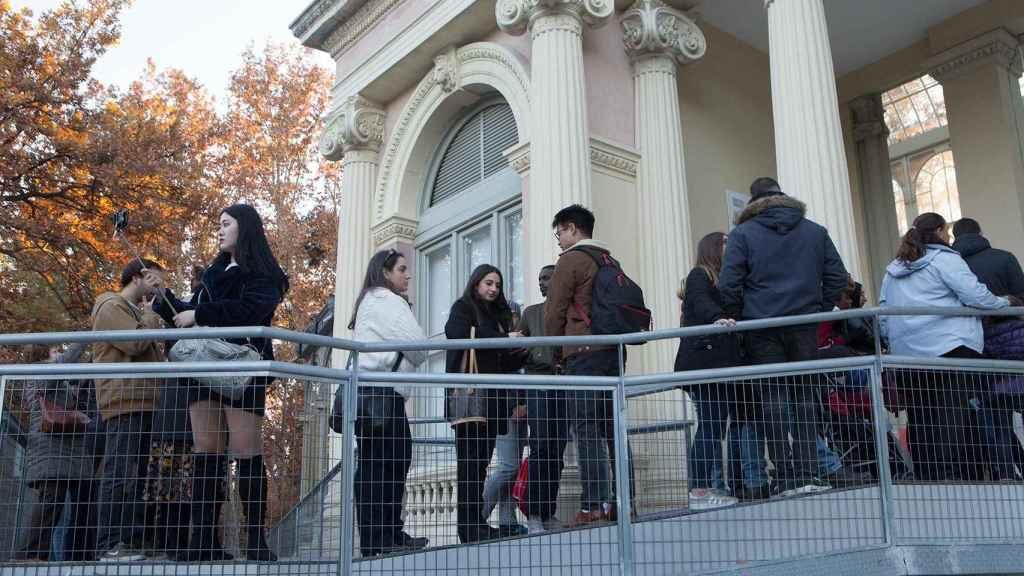 Una larga fila para acceder a ver la expo de Doris Salcedo.
