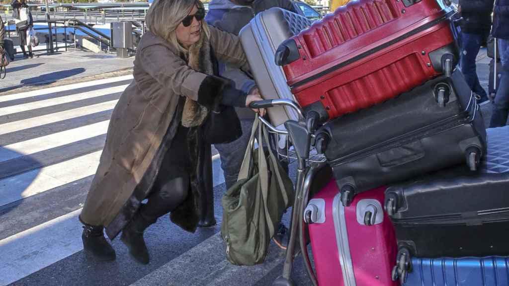 Terelu Campos tirando del equipaje.
