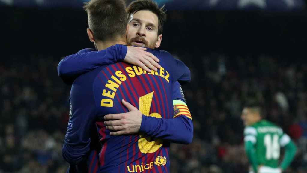 Messi y Denis Suárez celebran el gol en propia de Mathieu.