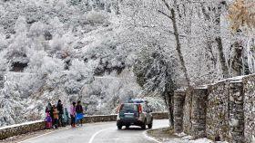 Un coche de la Guardia Civil circula por O Cebreiro, en la montaña de Lugo.
