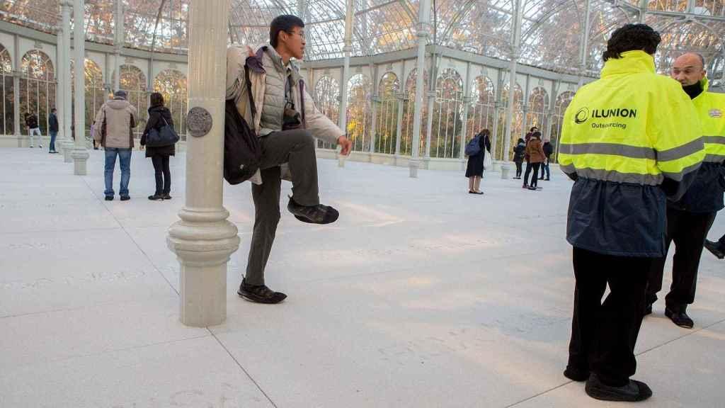 Dos vigilantes en el interior del Palacio de Cristal, en la exposición de Doris Salcedo.