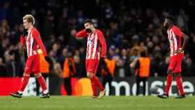 Griezmann, Torres y Correa, decepcionados tras el empate ante el Chelsea.