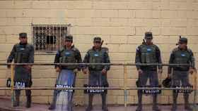 Agentes de policía de Honduras, a las afueras de un centro de votación en Tegucigalpa.
