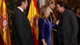 Pablo Iglesias junto al modelo que luce su mismo abrigo.