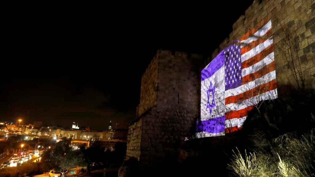 Las banderas de EEUU e Israel este miércoles en las murallas de Jerusalén