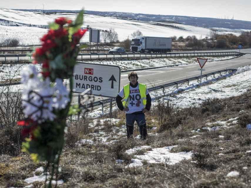 Rafael Solaguren-Beascoa, en la salida de Fresno, junto a una cruz de flores que recuerda a un fallecido.
