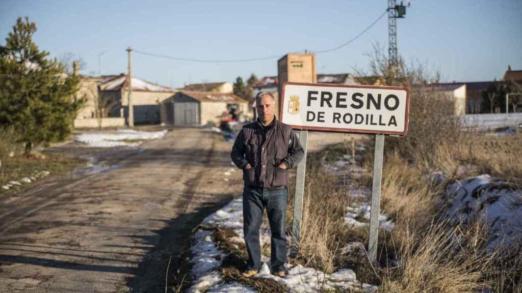Fernando Núñez Ruiz, alcalde de Fresno de Rodilla, a las puertas del municipio.