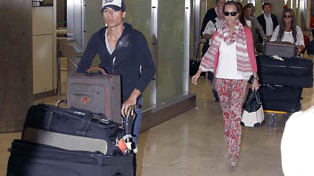 Julio Iglesias Jr junto a Isabel Preysler en un aeropuerto.
