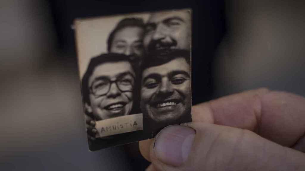 Eugenio Villalba, natural de Arcos de la Frontera (Cádiz), mostrando la foto tomada en un 'fotomatón' tras la amnistía, al salir de prisión.