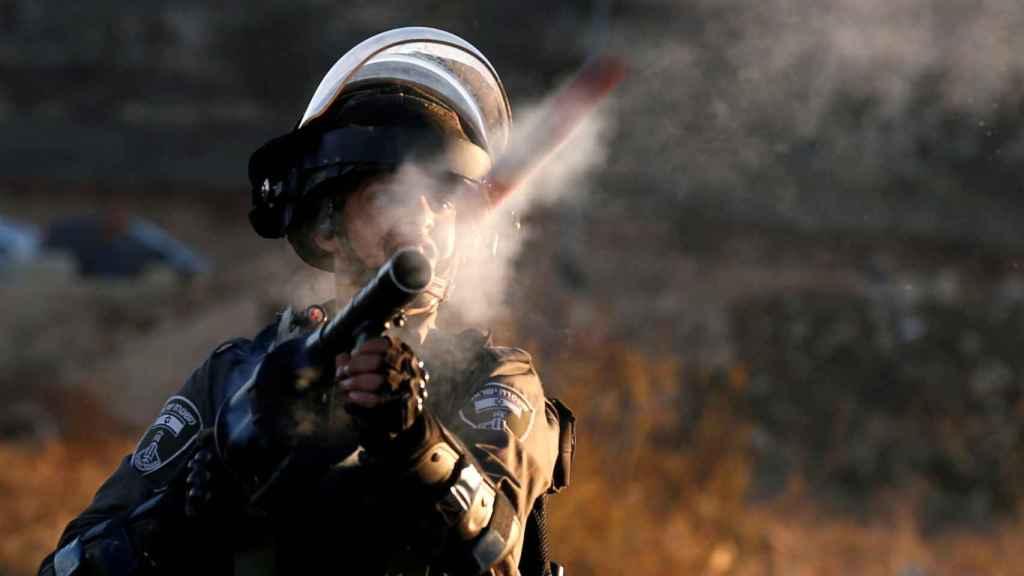 Un soldado israelí dispara a manifestantes