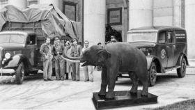 El pequeño elefante a las puertas del Prado en tiempos de guerra. Un montaje de Javier Muñoz.