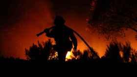 Uno de los bomberos trabajando en las labores de extinción
