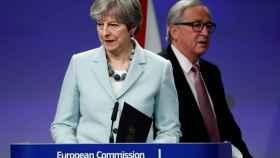 May y Juncker, tras la firma de los papeles del divorcio en Bruselas