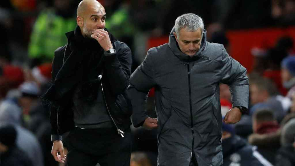 Guardiola y Mourinho durante el United - City.