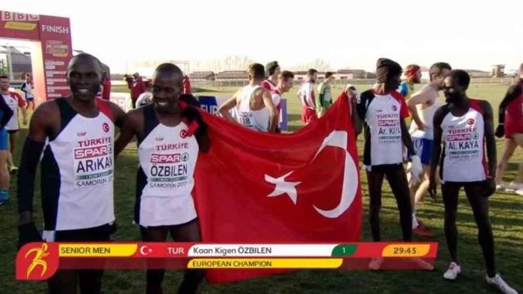 Los atletas keniatas nacionalizados turcos poniendo mal la bandera de Turquía.