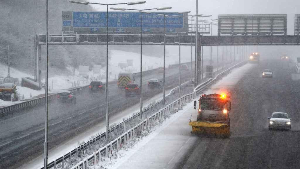 Una máquina quitanieves trabaja en una autopista británica.