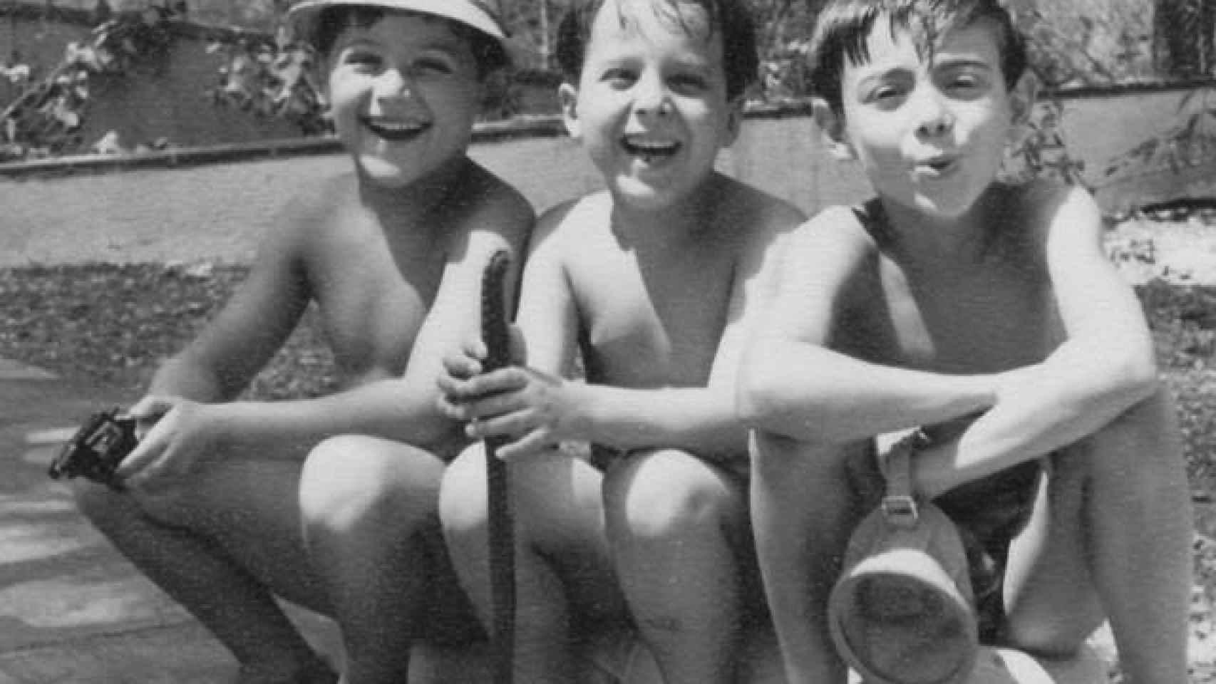 El socialista pasaba los veranos con su familia en Burgos. Aquí, junto a dos de sus primos. Él es el primero por la derecha.