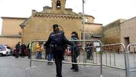 Efectivos de la Policia Municipal y de la Guardia Civil proceden a la colocación de vallas frente al Monasterio de Sijena.