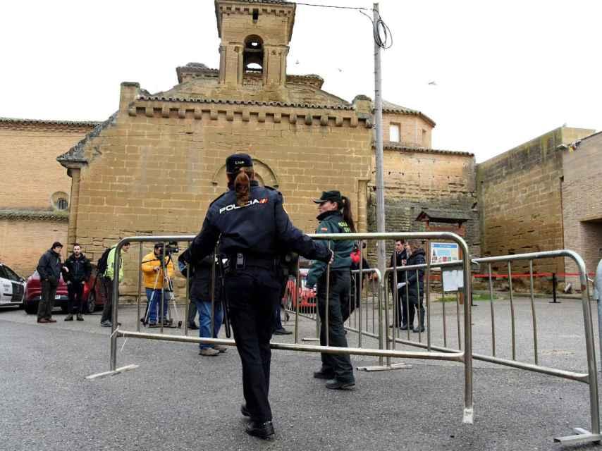 Policia Municipal y Guardia Civil  frente al Monasterio de Sijena.
