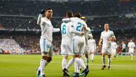 Los jugadores del Real Madrid celebran un gol en Champions con el Bernabéu al fondo.