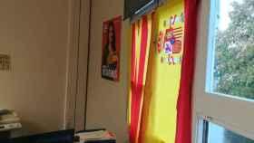 Las dos banderas que siguen colgadas en el despacho de Ciudadanos.