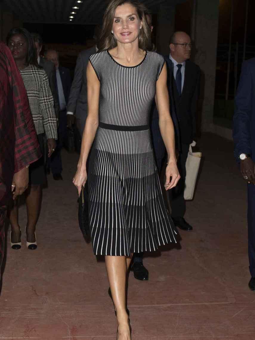 La reina, repitiendo vestido en Dakar.