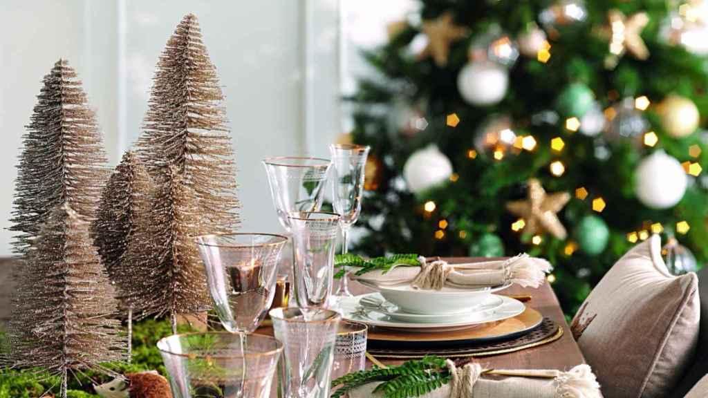 La mesa se convierte en el punto central de nuestras reuniones navideñas. Ésta recrea la tendencia 'Un Jardín Mágico'