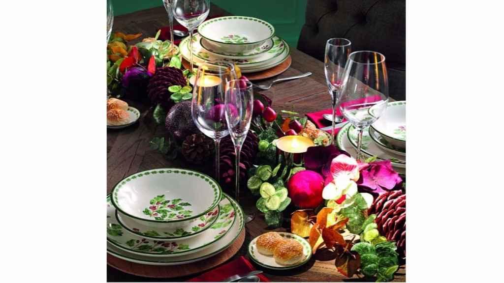 Lo mejor para conseguir recrear esta tendencia es un centro de mesa bajo, pero bien recargado, con flores naturales en colores oscuros, piñas y mezcla de texturas