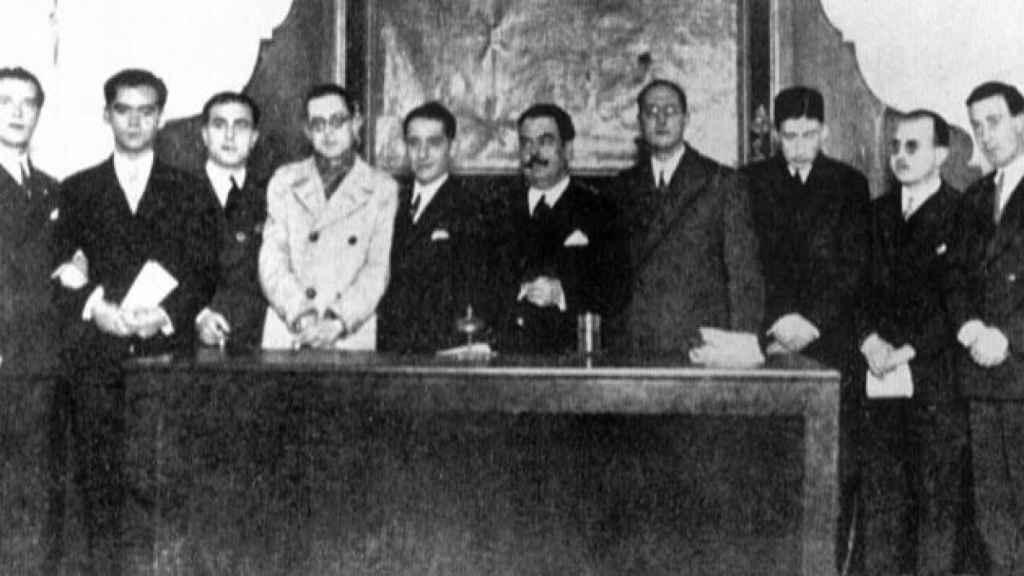 La foto tomada el 17 de diciembre de 1927. De izquierda a derecha: Rafael Alberti, Federico García Lorca, Juan Chabás, Mauricio Bacarisse, los ateneístas José María Romero Martínez y Blasco Garzón, Jorge Guillén, José Bergamín, Dámaso Alonso y Gerardo Diego.