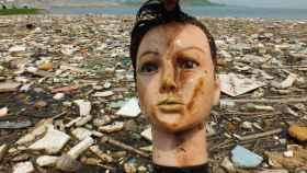 La cabeza de un maniquí recuperada entre la basura del río Yangtze.