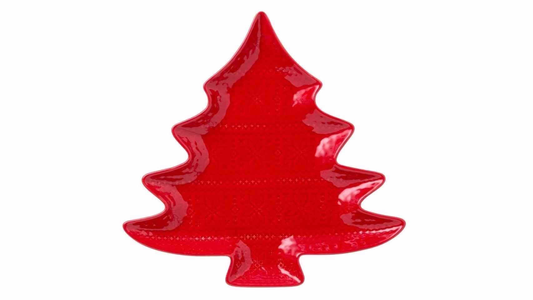 Fuente con forma de árbol navideño en rojo para el centro de la mesa, perfecto para servir cualquier aperitivo o postre, un básico de la tendencia Navidad Tradicional. Puedes ver más propuestas aquí.