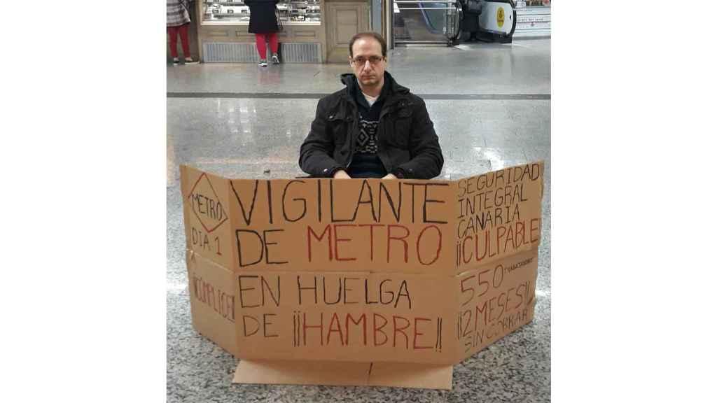 Daniel tiene 42 años y es vigilante del Metro de Madrid lleva dos meses sin cobrar.