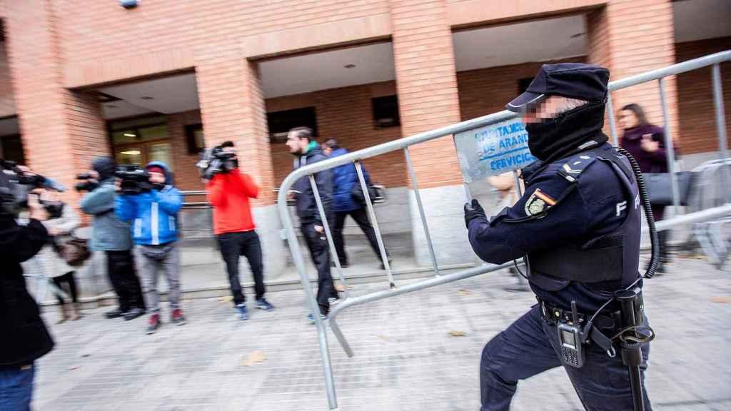 Efectivos de la Policía Nacional a las puertas de los juzgados de Aranda de Duero donde declararon los tres jugadores del Arandina.