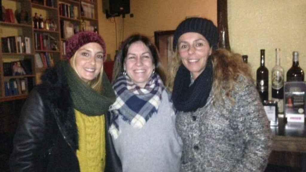 Rocío Carrasco con Anabel Dueñas y en medio la dueña del local.