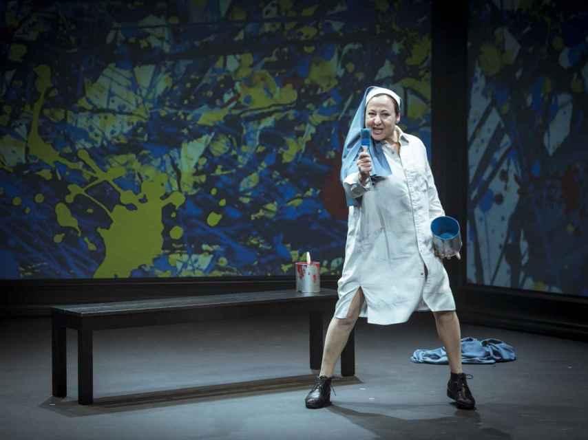 Carmen Machi en escena, interpretando a Sor Ángela, la copista de Las Meninas.